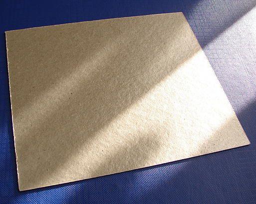 Защитный экран из слюды для микроволновой печи Расположен в рабочей камере в области магнетрона. Размер - по шаблону или на заказ. Выходит из строя (прогорает) в случае перегрева жировых пятен, образующихся на поверхности. Профилактика: удаление загрязнений после каждого использования микроволновой печи (обычно эта процедура описана в инструкции по эксплуатации). Прогар слюды влечёт за собой прогар колпачка антенны магнетрона, что приводит к выходу из строя магнетрона.