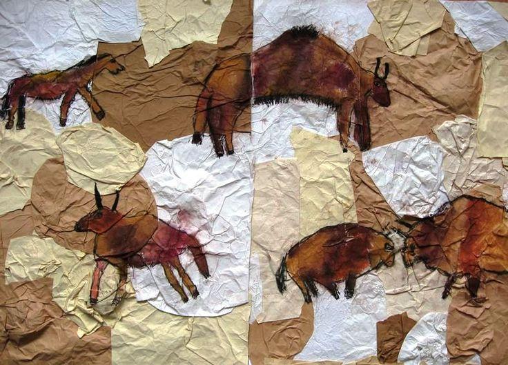 """Pravěké jeskyně -kombinovaná technika  V rámci projektu Pravěk si žáci nejprve vytvořili """"stěnu jeskyně""""pomocí muchlaných papírů a poté si vyzkoušeli rudkami a barevnými křídami nástěnné malby jako pravěcí lidé. Jak se to povedlo, posuďte sami."""
