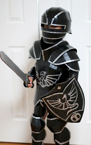 Disfraz de Caballero Negro: Armadura gótica en cartón para niños de 6 años. Hecho con cartón corrugado, pegamento caliente, pintura, algunas bandas elásticas y velcro - Black Knight Costume: Cardboard gothic armor for 6 year-old. Made with corrugated cardboard, hot glue, paint, some elastic bands and velcro.