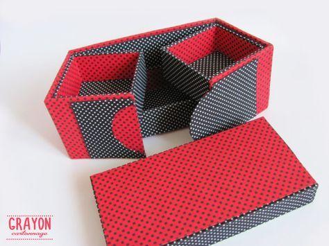 Il s'agit d'une boîte, recouvert de tissu magnifique avec trois tiroirs. Vous pouvez l'utiliser comme un organisateur pour vos bijoux, souvenirs, notes ou autre. Ce cartonnage boite mesure 20cmх10cm par 10 cm de haut. Première partie de taille est 19cmх9cm et 4,5 cm de haut. Deuxième partie taille ont deux secteurs, 9 cmx9cm et 4,5 cm de haut chacun. Cette boîte a été fait à la main par mes soins en technique de cartonnage, à l'aide d'un carton léger durable (3 mm d'épaisseur) et recouvert …