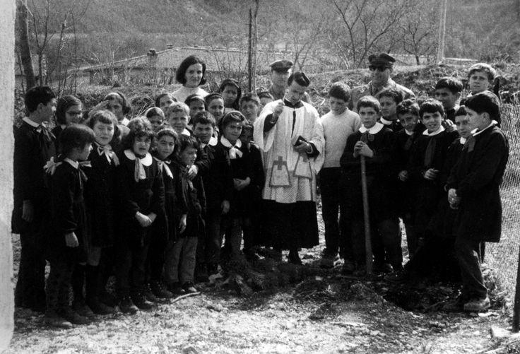 Savelli, anni 60. La festa degli alberi con le guardie forestali, gli alunni del paese e la maestra. Il prete benedice una piantina appena messa a dimora.