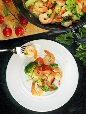 Брокколи с креветками и острым перцем