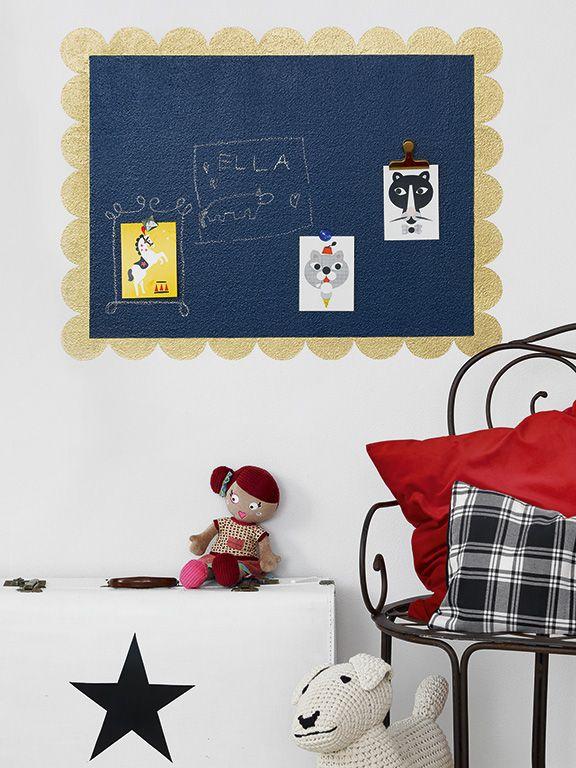 Tablica memo wykonana farbami: magnetyczną Tikkurila Magnetic, tablicową Tikkurila Liitu i wykończona perłową farbą Tikkurila Taika Pearl Paint.  #kids #kidsroom #memoboard #magneticboard