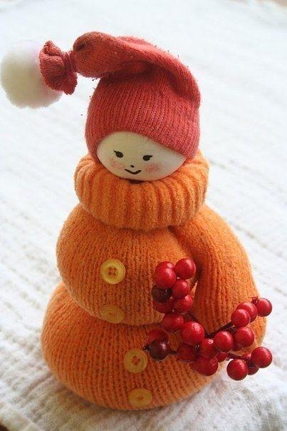 Милые снеговички из ненужных варежек