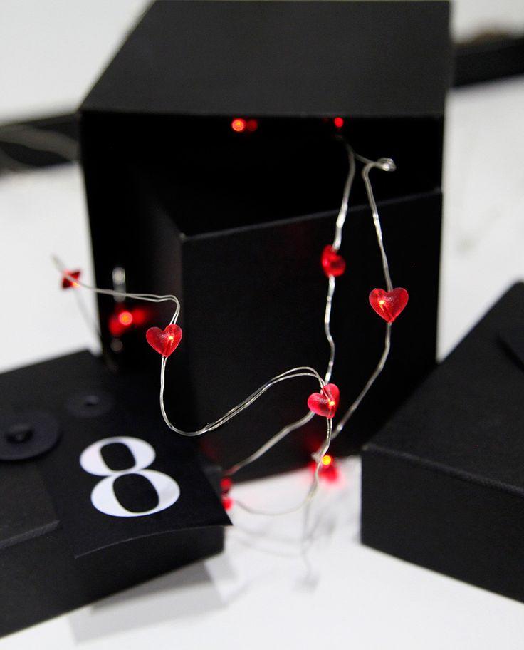 Dew Drop er en serie enkle og vakre lysslynger som er et must for å dekorere ditt bord til konfirmasjon, bryllup og fest! Bruk denne lille slyngen med røde hjerter til å pynte ekstra fine gaver til bryllup, konfirmasjon eller spesielle bursdager. Kanskje du skal fri til din kjære og den kan knyttes rundt esken med ringen?
