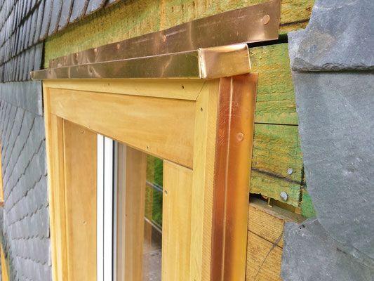 Fensterlaibung aus Garapa mit Kupferdach und Kupferfensterbank vor dem Streichen.