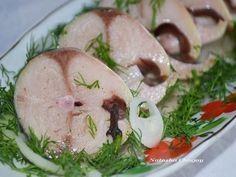 ИсточникКулинар'и'Я      В таком маринаде скумбрия не уступает по вкусу красной рыбеСостав:- Скумбрия (замороженная, разморозить) 2 шт- лук репчатый по вкусу- вода 250 мл- гвоздика 6 шт- перец г…