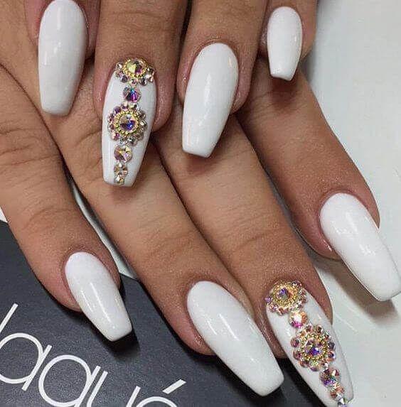 białe paznokcie z cyrkoniami swarovskiego
