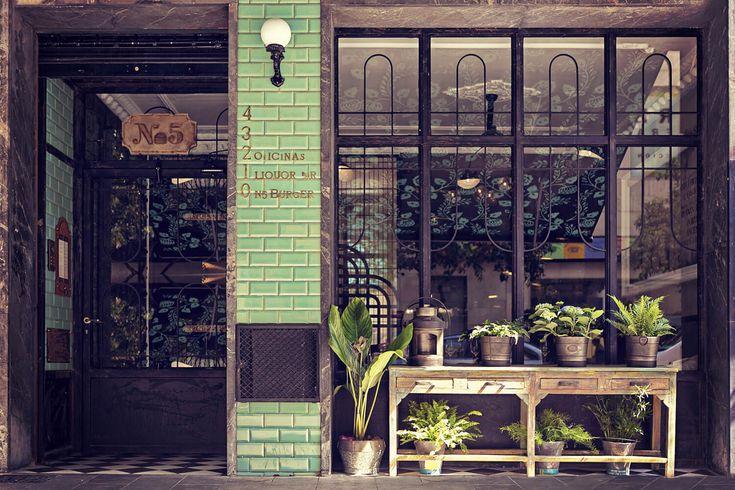 Ресторан N5 Burger: образ прошлого от фабрики @peronda_group .    #artcermagazine #design #интерьер #журнал #ceramica #tile #керамическаяплитка #дизайн #стиль #ресторан #антиквариат #ФранцискоСегарра #освещение #стильгранж #винтаж