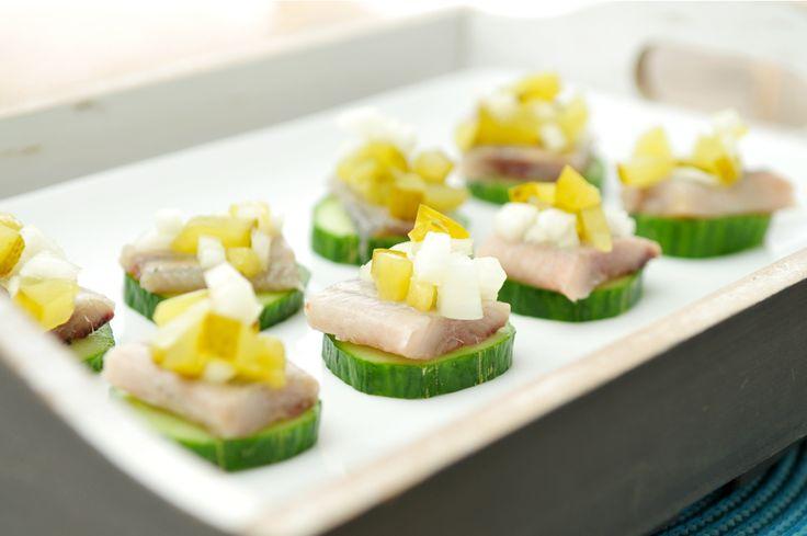 In dit recept combineren we verse haring met ui en augurk, een welbekende en heerlijke combinatie. Maar we gebruiken ook komkommer, die zorgt voor een frissere smaak.
