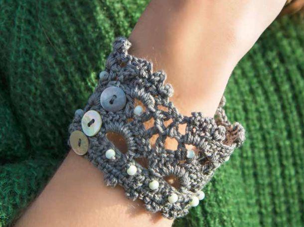 Selbst gehäkelt und voll im Trend: Wir haben eine Anleitung für ein gehäkeltes Armband im Ethno-Look.Ihr braucht:Lana Grossa Cotone fine