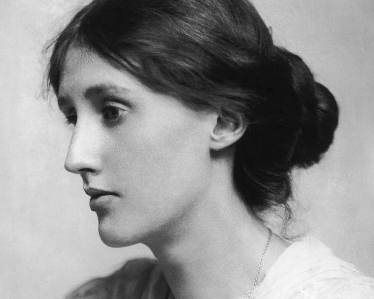 [video] In che modo Virginia Woolf è stata una visionaria? Autrice di romanzi straordinari, la Woolf non solo sperimenta una scrittura in grado di rappresentare il mondo contemporaneo ma inventa una nuova maniera di vivere. Una scrittrice di grande libertà intellettuale che mette in discussione le rigide convenzioni e i ruoli tradizionali imposti alla donna dalla società patriarcale. La Woolf diventerà un'icona del movimento femminista e punto di riferimento per generazioni di donne.