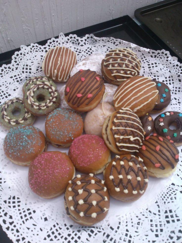 Donuts y berlines caseros tipo coctel, frescos, suaves, con rellenos caseros