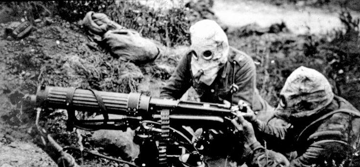 Soldados con mascaras para evitar respirar gases. Sin fecha.