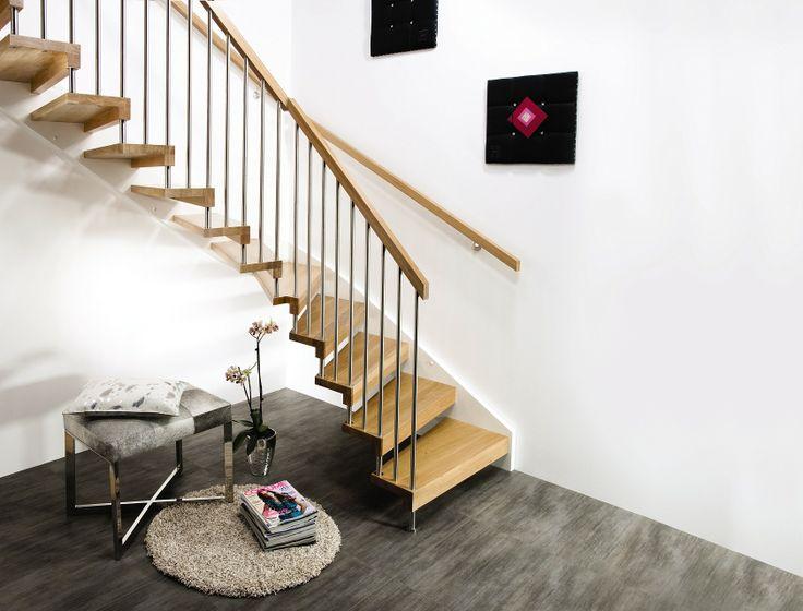 Escalia Sydney er en åpen og luftig trapp i elegant design, med stålspiler og slanke hånd- lister. Trappeløsningen i tre og rustfritt stål er redusert til et materialmessig minimum, simpelthen gjennom at alle bestanddeler i trappen er en del av den bærende konstruksjonen. Escalia Sydney er her vist som svingtrapp i eik helstav.