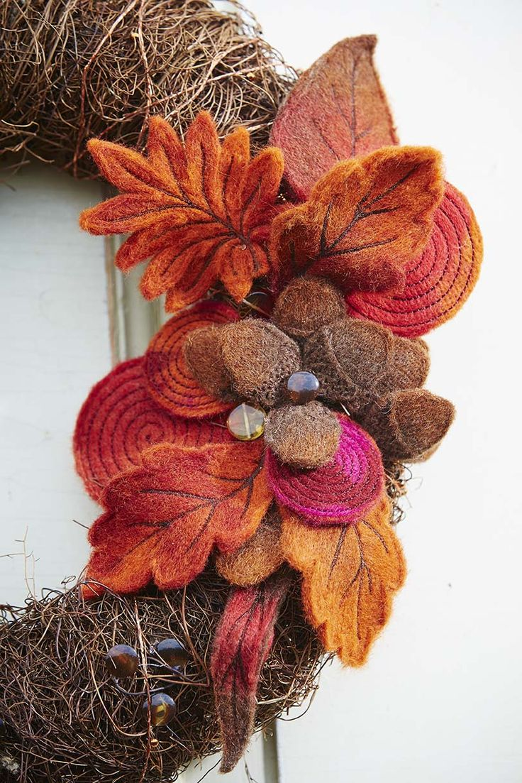 Adorable freestanding felted embroidered decoration for a wreath - Embroidery Collection: Felted Nature #279