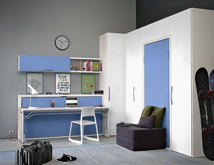 Composizione Dynamic Night. Cameretta composta da due letti singoli a scomparsa e uno spazioso armadio a ponte ad angolo. Il letto Miu crea anche una zona studio grazie alla scrivania integrata che appare una volta riposto il letto.