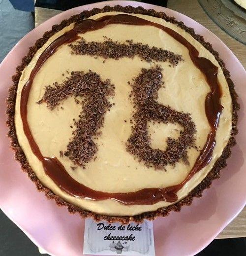 No-bake dulce de leche #cheesecake; ongekend lekker! Op een krokante #chocoladekoekjes-bodem een mengsel van de karamelpasta #dulcedeleche met verse #roomkaas en #slagroom.