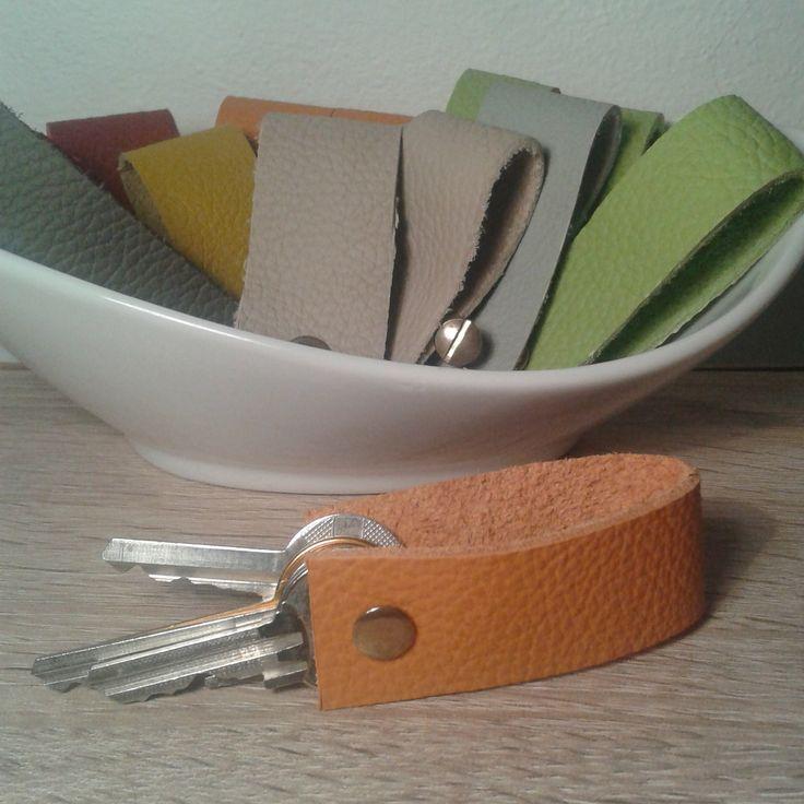 Kožená klíčenka na 4 klíče Kožená kllíčenka se šroubem pro jednoduchou manipulaci či výměnu klíčů. klíčenky vyrobeny ve více barevných variantách a 2 délkách. Při objednávce uveďte délku.Šroub je na 4 klíče. Šířka cca: 2,5cm Délka na základní velikost klíče: 7cm Délka na prodloužené klíče: 8,5cm
