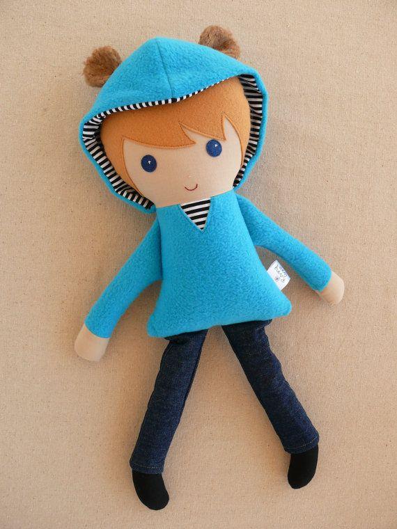 Muñeca de trapo vestida con pantalones y sudadera con gorro