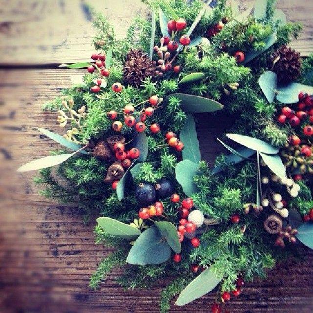 少し早いですがクリスマスリース教室の募集がはじまりました。 Conifer/ 日時: 11/30(土) 14:00~16:00 参加費: 5,000円 (お飲み物つき) 定員: 8名様 持ち物: 必要ならエプロン、あればMy花鋏 場所: 「ニコツキ」 エバーグリーンの針葉樹(コニファー)と実物をあしらったクリスマスリースをつくります。 フレッシュなのでつくるときに針葉樹の清々しい香りが立ち込めます。この時期だけの心がちょっと贅沢になれるリースです。 詳細はこちら☞http://kazouka.exblog.jp/18706370/ お申し込みは kumihanauta@live.jp まで。どうぞよろしくお願いいたします✨ #花 #ザ花部 #リース #クリスマスリース #ドライフラワー #wreath - @hanautadiary- #webstagram