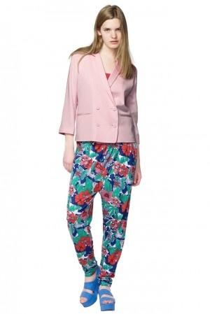 Wir lieben schwedische Mode wie diese lässige Hose mit Blumeprint von Monki.