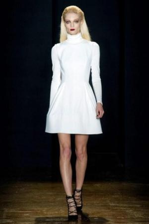Con una audáz colección Custo Barcelona se presentó para este invierno 2013 - 2014Vestidos cortos en color blanco y negro, faldas tubo en color gris, todos los vestidos bien al cuerpo delineando la figura femenina de la mujer http://www.femeninas.com/Custo_Barcelona_desfile_de_moda_otoño_invierno_2013_-_2014