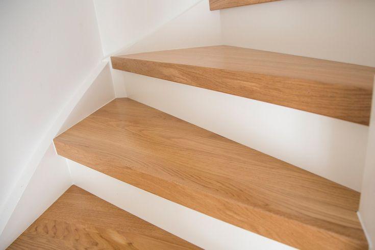 Närbild på slutresultatet av en nyrenoverad trappa med lundbergs trapprenoveringssteg och sättsteg  Se hela guiden på http://www.lundbergs.com/sv-se/guider/renovera-trappan