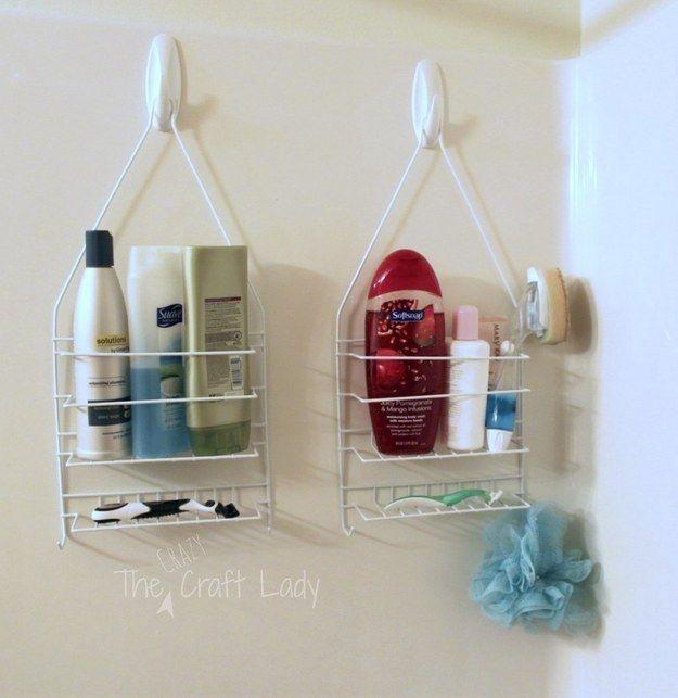 Pendure várias prateleiras em ganchos adesivos removíveis. | 23 maneiras inteligentes de organizar seu apartamento pequeno