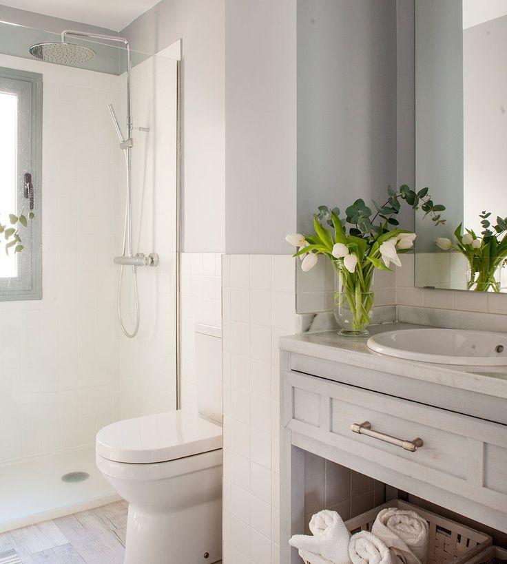 Baño pequeño en blanco y gris. Bien planificado