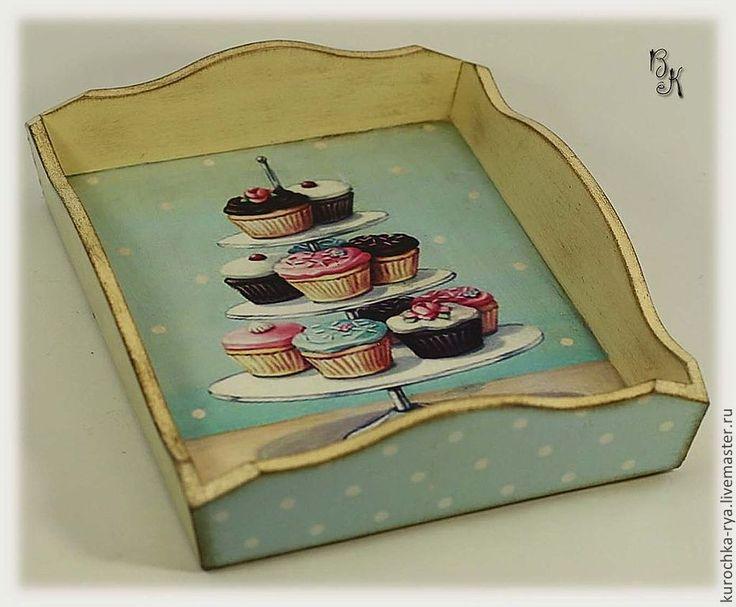 Купить или заказать 'Cupcakes' Конфетница в интернет-магазине на Ярмарке Мастеров. Конфетница с капкейками украсит Вашу уютную кухню и чаепитие станет особенно приятным. В ней можно подать сладости, конфеты, орехи, сухофрукты.. Конфетница выполнена в технике декупаж, состарена. В работе использованы только безопасные материалы на водной основе. Если Вы хотите всегда быть в курсе моих новинок, добавьте мой магазинчик …