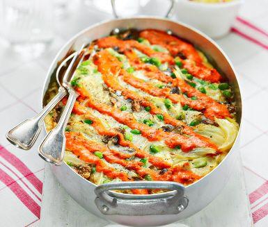 I detta recept bjuder vi på okonomiyaki – en japansk, ugnsgräddad pannkaka som innehåller ett flertal smaskiga ingredienser. Vad sägs till exempel om sojabönor, lök, champinjoner och fetaost? Servera din gyllenbruna ugnspannkaka med fräscha grönsaker och krämig paprikadressing.