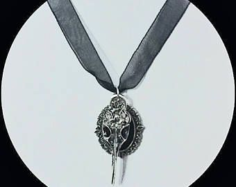 Collar de cuervo, cráneo de cuervo.  NECKLACE CROW SKULL - BIRD SKULL. www.musesuite.etsy.com#wicca #wiccan #pagan #elf #elvish #elven #elfen #elfico #elfica #elfo #elfa #handmade #etsy #fae #faery #fairy #hada #necklace #choker #chokers #gargantilla #gargantillas #pendant #collar #colante #crow #skull #bird #crowskull #birdskull #gothic #dark #darkness #goth #gotico #oscuro