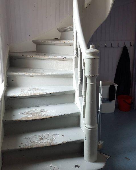 Har du ett gammelt hus som fortjener en slik trapp? Ta kontakt på epost for slike trapper vil vi lage til hus med sjel ;) #husmedsjel #arkitektur #håndverk #byggogbevar