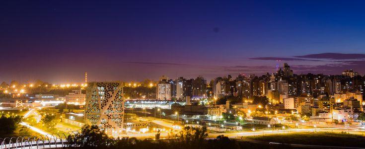 Panorama nocturno del Centro Cívico del Bicentenario y los barrios Centro y Nueva Córdoba, en 2012.