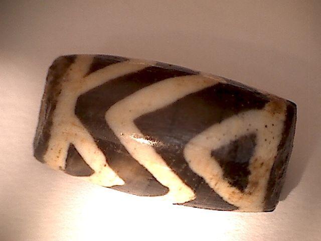 Vroege Pyu cultuur deyed / geëtste / Agaat bead met speciale ontwerp - 182 mm  Een zeer zeldzame deyed /etched/ Agaat kralen met speciale ontwerp van de Pyu cultuur 200-400 CE Upper Myanmar. De kleur is natuurlijk. Geen sporen van verven op een later tijdstip. De gaten zijn oude handgemaakte onregelmatige trechtervormige. Mooie oude patina. In goede staat.L: 182 mm HxBxD: 95 mm Shipping als aangetekende post-pack.Herkomst:De leverancier warrants thats heeft deze kavel op een wettelijke…