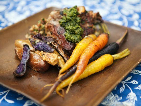 Gegrillte Lammkoteletts mit gebackenem Gemüse und Minzpesto ist ein Rezept mit frischen Zutaten aus der Kategorie Lamm. Probieren Sie dieses und weitere Rezepte von EAT SMARTER!