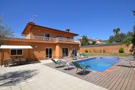 Magnifique villa de vacances avec une capacité d'accueil de 10 personnes, 4 chambres à coucher, 3 salles de bain et une piscine privée. La propriété se situe dans un quartier tranquille à proximité de Lloret de Mar.
