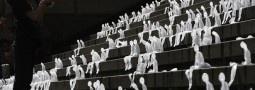 Mille piccoli uomini di ghiaccio si sciolgono su una scala a Berlino