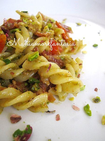 Primo piatto: pasta con pesto di pistacchi, pancetta e pomodori pachino