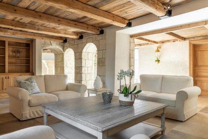 A Partir De 3 320 00 Livraison Offerte Esprit Provence Chic Pour La Decoration De Cette Maison De Vacances Mobilier De Salon Canape Moelleux Meuble Chene