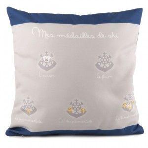 COUSSIN MÉDAILLES DE SKI GARÇON 40 X 40 - Coussin de décoration pour la chambre de votre enfant, sur un lit ou sur un fauteuil d'appoint.  #médailledeski #garçon