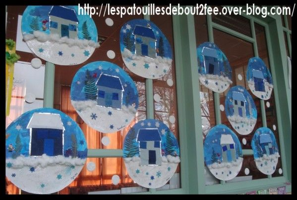 les boules de noël des petits : j'ai voulu faire faire une maison à mes petits. Le plus simple a été de faire un collage. J'avais préparé tous les éléments dans différents tissus et papiers. A eux, de les assembler et de les coller pour faire une maison....
