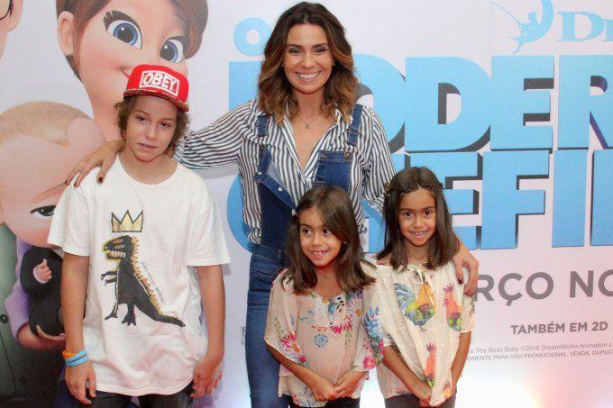 Giovanna Antonelli curte cinema com o marido e os filhos