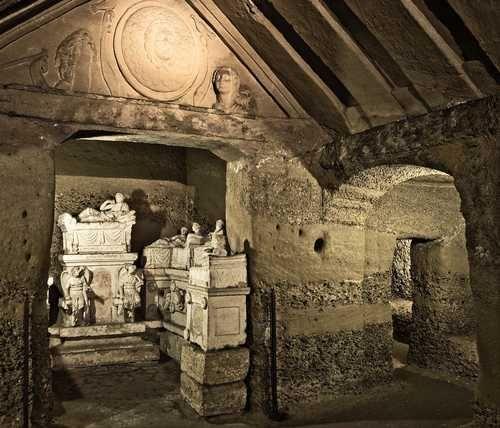 Ipogeo dei Volumni di Perugia. Questa tomba ipogea etrusca si sviluppa in diverse stanze. Nella foto vediamo l'atrio, l'alcova dei padroni di casa e due delle otto stanzette laterali