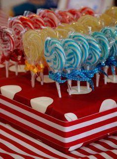Post com 75 inspirações para você decorar uma festa circo! Convites, lembrancinhas, bolos, cupcakes!