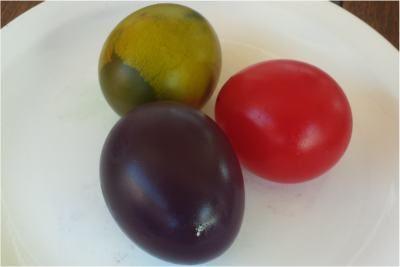 Experimento de los huevos de goma de colores con vinagre.