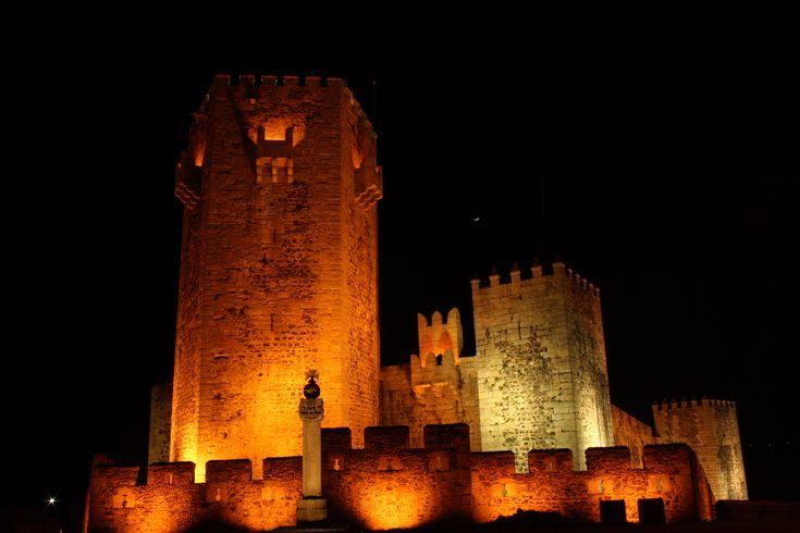 Castelos há muitos. Este género de fortificações conta com mais de duas centenas de exemplares em todo o país. Há os grandes, pequenos, de duas torres, três torres, sem torres, mas nenhum tem uma torre pentagonal. Nenhum, exceto este aqui apresentado