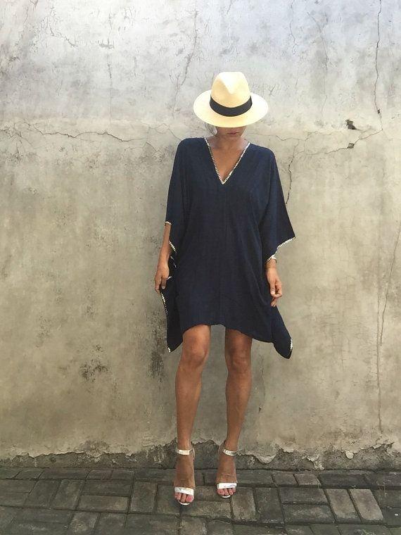 Magnífico, kaftan Vestido de poncho color plata cuentas detalles. Puede ser usado solo o sobre los pantalones vaqueros  De cubierta blanca para traje de baño kaftan Vestido de verano encubrir playa cubierta por  Totalmente se puede convertir desde el día en noche   para mujer regalo para las mujeres traje de baño de playa encubrimiento vestido vestido de playa 100% rayón suave   Foto de modelo ella alto / 174cm /5.7 Ft    Tamaño del vestido / uso/Reino Unido. Pequeña ~ grandes   Longitud…