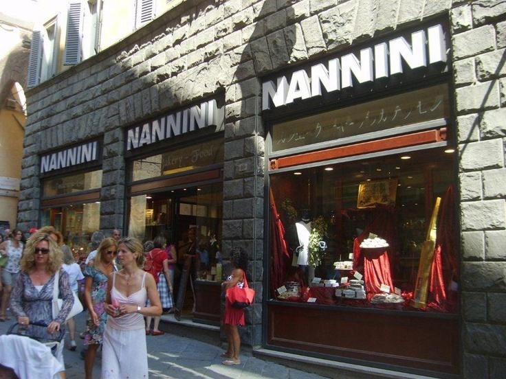 Vakit ilerliyor bizim kahve krizimiz geliyor. Güzel bir yer arıyoruz. Nannini. Siena'nın en iyi kahvelerinden burada içmek mümkün... Daha fazla bilgi fotoğraf için; http://www.geziyorum.net/siena/